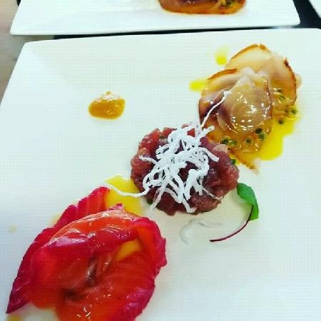 -Spada affumicato in salsa passion fruit, salmone marinato alla rapa rossa e pressing al pompelmo rosa e lime, tartare di tonno e salsa al peperone rosso alla cenere.