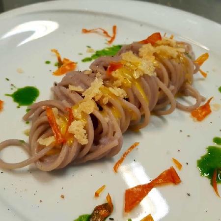 -Spaghetti al cavolo viola mantecati con crema di pecorino sardo