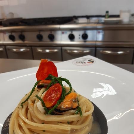 -Spaghettone quadrato con asparago di mare e cozze