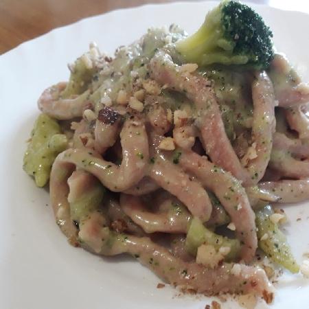 Trenette di barbabietole,broccoletti, gorgonzola  dolce e nocciole  tostate