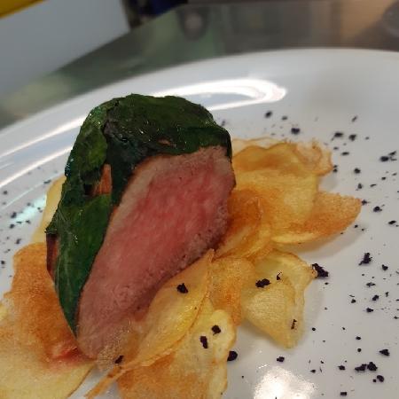 -Filetto di maiale bardato con spinaci, patate cips e polvere di cavolo viola