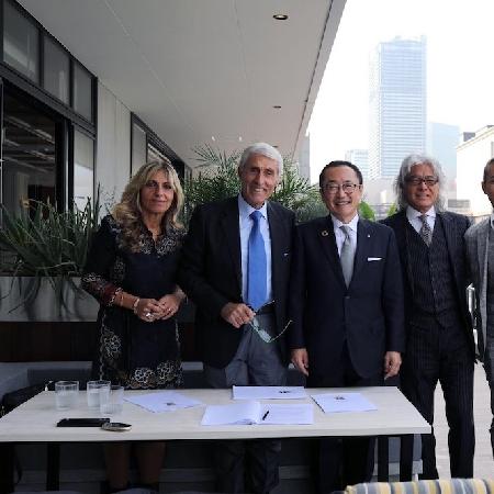 -firma contratto Michele a Yokohama