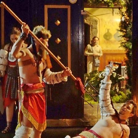 A Pompei rivivono le gesta dei gladiatori, nell'archeo-ristorante Caupona la rievocazione storica tra cibo e armature