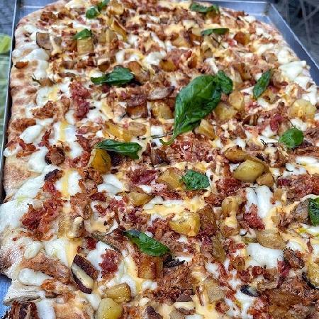 Caserta, arriva la pizza in teglia di Golocious, ancora una apertura per i giovani food influencer