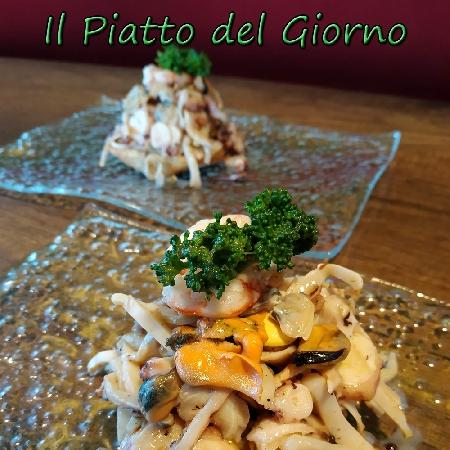 Insalatina di mare grigliata su biscotto integrale di Agerola con lupini e broccoletti