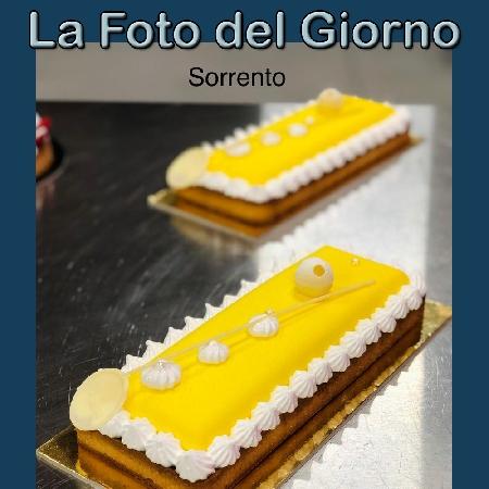 La Foto del Giorno del 20 Settembre 2021 - Sorrento, composizione frolla alla mandorla con crema al limone, cremoso cioccolato bianco e glassa al limone e meringa