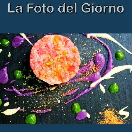 La Foto del Giorno del 7 Ottobre 2021 - Tartare di bufalo, patata viola, crema al basilico, maionese agli agrumi e polveri