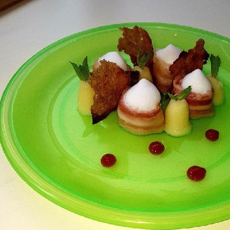 Medaglione di pescatrice con bacon mousse di patate, croccante di segale ed aria di latte