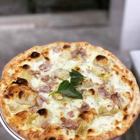 Pizza bianca con salsiccia e carciofi