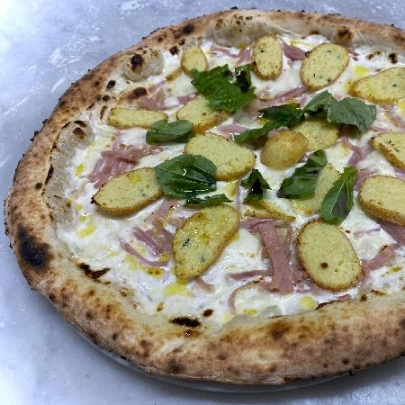 Pizza crocchè, con panna, prosciutto, crocchè e provola