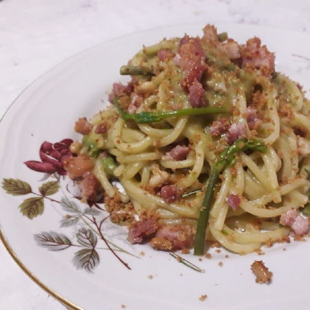 Spaghetti, macco di piselli, guanciale, asparagi di campagna e mollica 'atturrata'